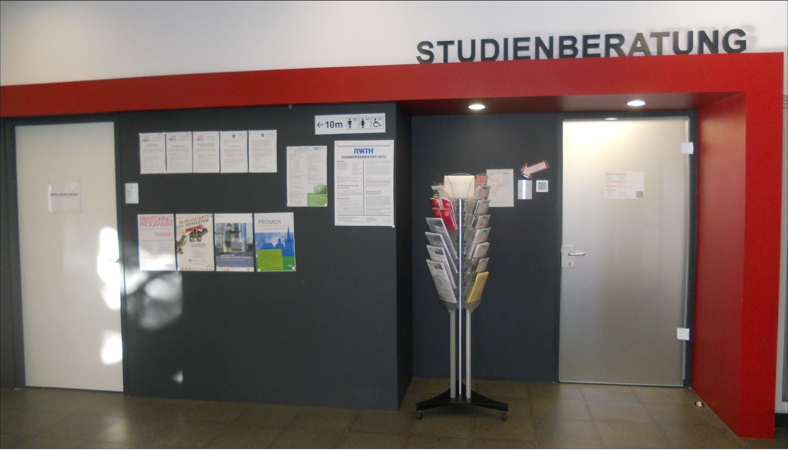 Entrance to the faculty's academic advisor's office.