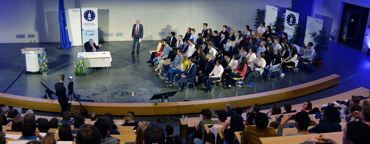 António Guterres in discussion with students